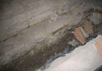 zanja saneamiento fecales debajo escalera