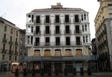 fachada a Plaza Virgen Blanca