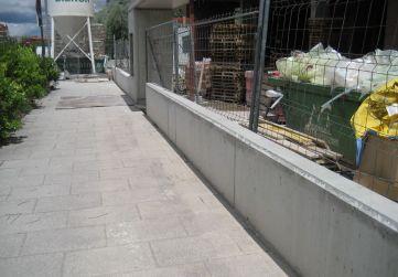 Muro urbanización fachada principal
