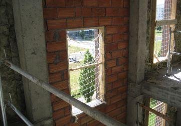Trasdos de fachada en caja de escalera