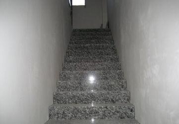 Peldañeado de granito en caja de escaleras
