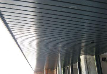 Comienzo colocación falso techo lamas aluminio